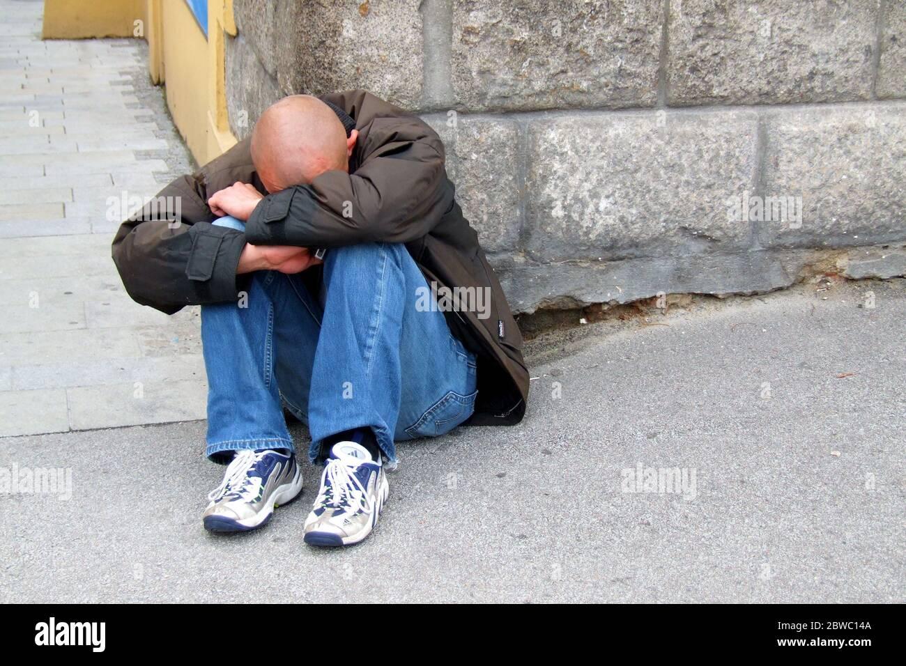 Verzweifelter Mann sitzt auf der Strasse, Bettler, Arbeitsloser, Ruiniert, Obdachloser, MR: Sì Foto Stock