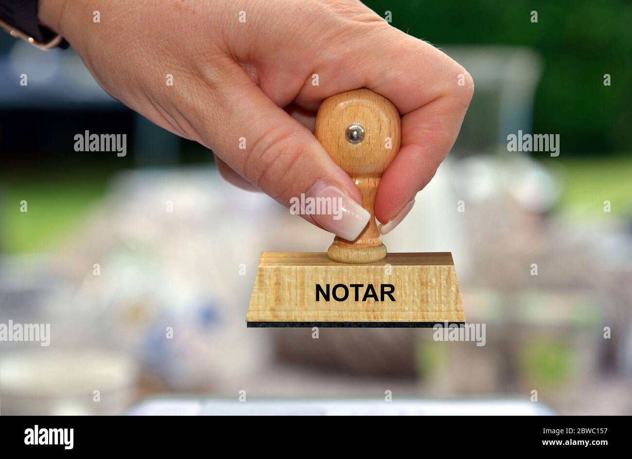 Hand mit Stempel, Frauenhand, Aufschrift: Notar Foto Stock