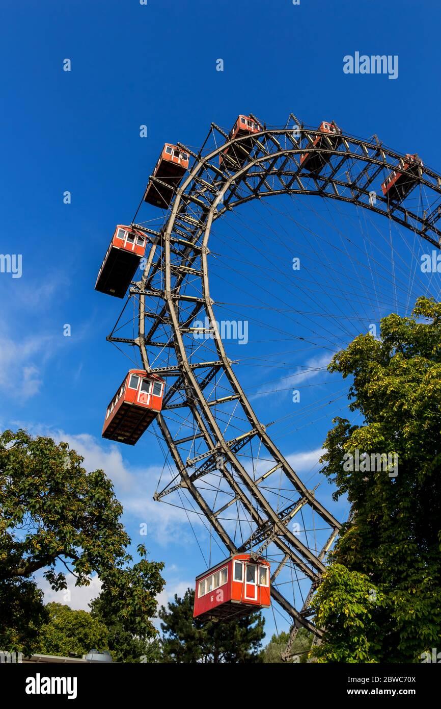 Eines der Wahrzeichen von Wien in Oesterreich ist das Riesenrad im Prater Foto Stock