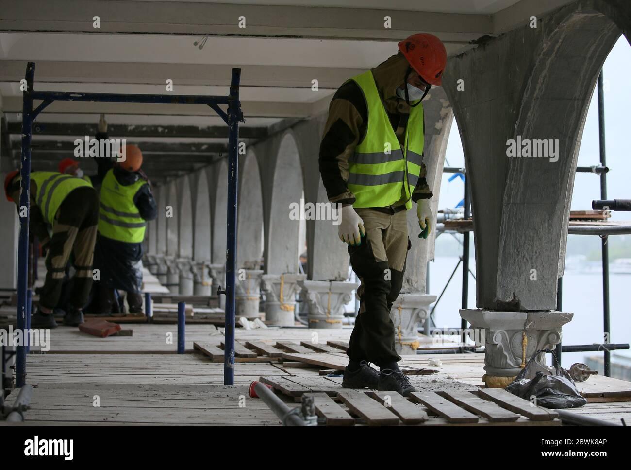 Mosca, Russia. 2 Giugno 2020. I lavoratori sono visti presso il sito di ricostruzione del North River Terminal. Credit: Gavriil Grigorov/TASS/Alamy Live News Foto Stock
