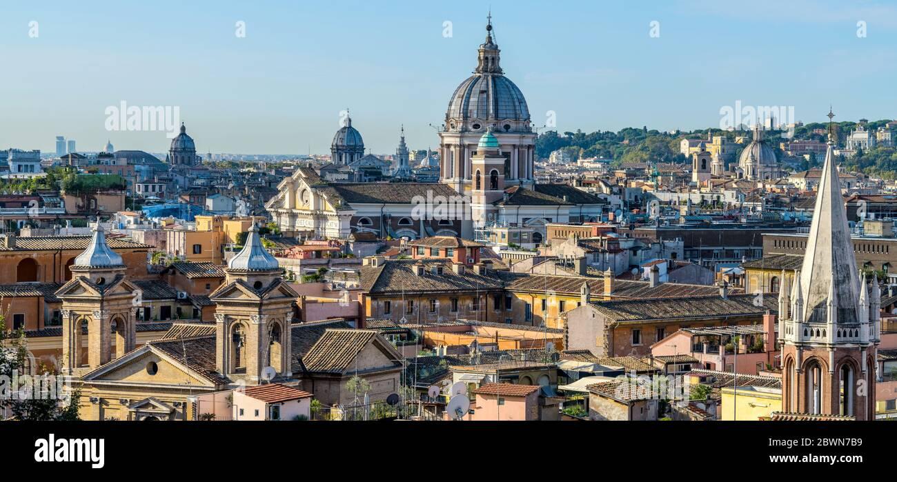 Roma Buongiorno - una vista panoramica dello skyline nord del centro storico di Roma in una chiara e soleggiata mattinata di ottobre. Roma, Italia. Foto Stock