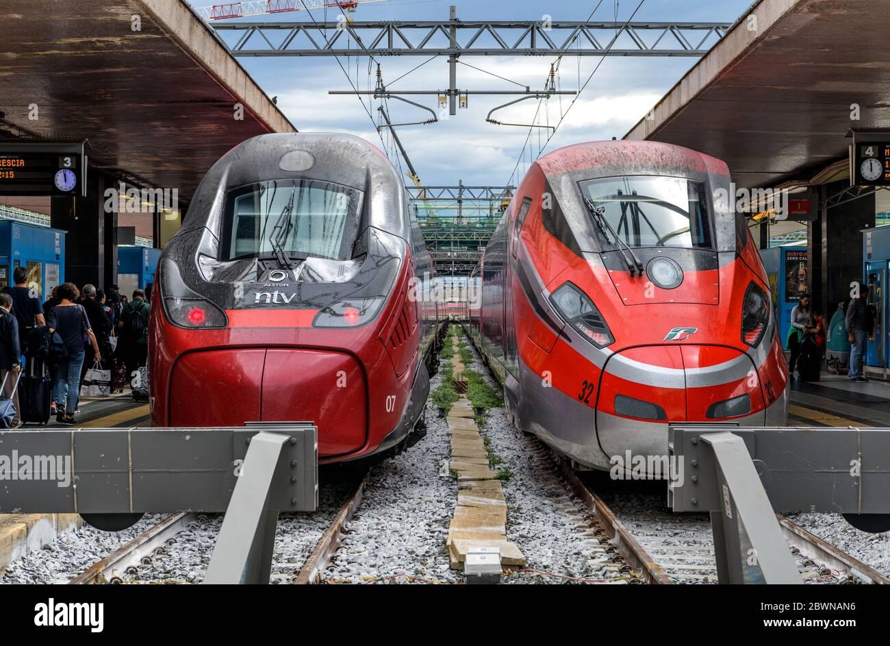 Treno Italiano ad alta velocità - due treni elettrici rossi ad alta velocità, Alstom Pendolino di NTV e Frecciarossa 1000 di Trenitalia, a Roma Termini, Italia. Foto Stock