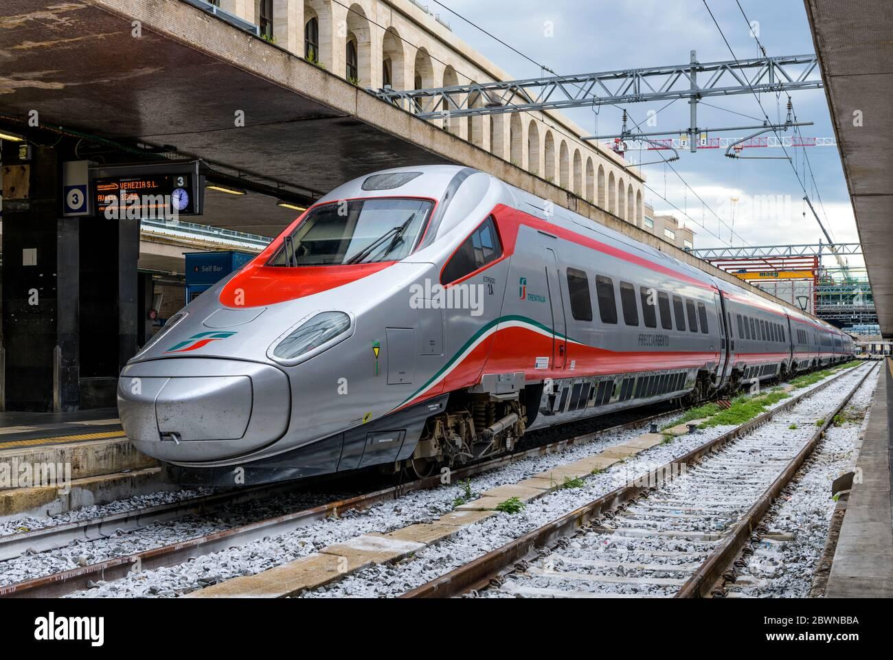Silver Bullet Train - treno ad alta velocità in argento, Frecciargento ETR 600 di Trenitalia, pronto per la sua prossima partenza, a Roma Termini, Italia. Foto Stock