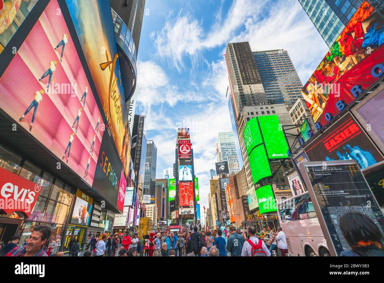New York City/USA - 24 maggio 2019 Times Square, una delle attrazioni turistiche più visitate al mondo. Strada affollata, luminosa e illuminata da cartelloni e annunci pubblicitari Foto Stock