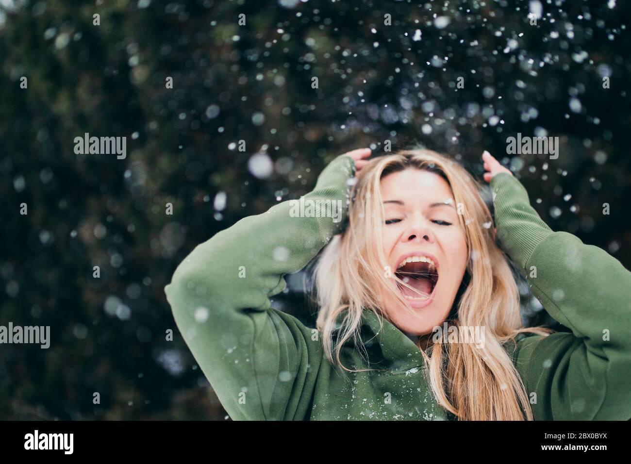 Bionda scandinava in inverno nella neve - una brillante emozione di gioia e di shock Foto Stock