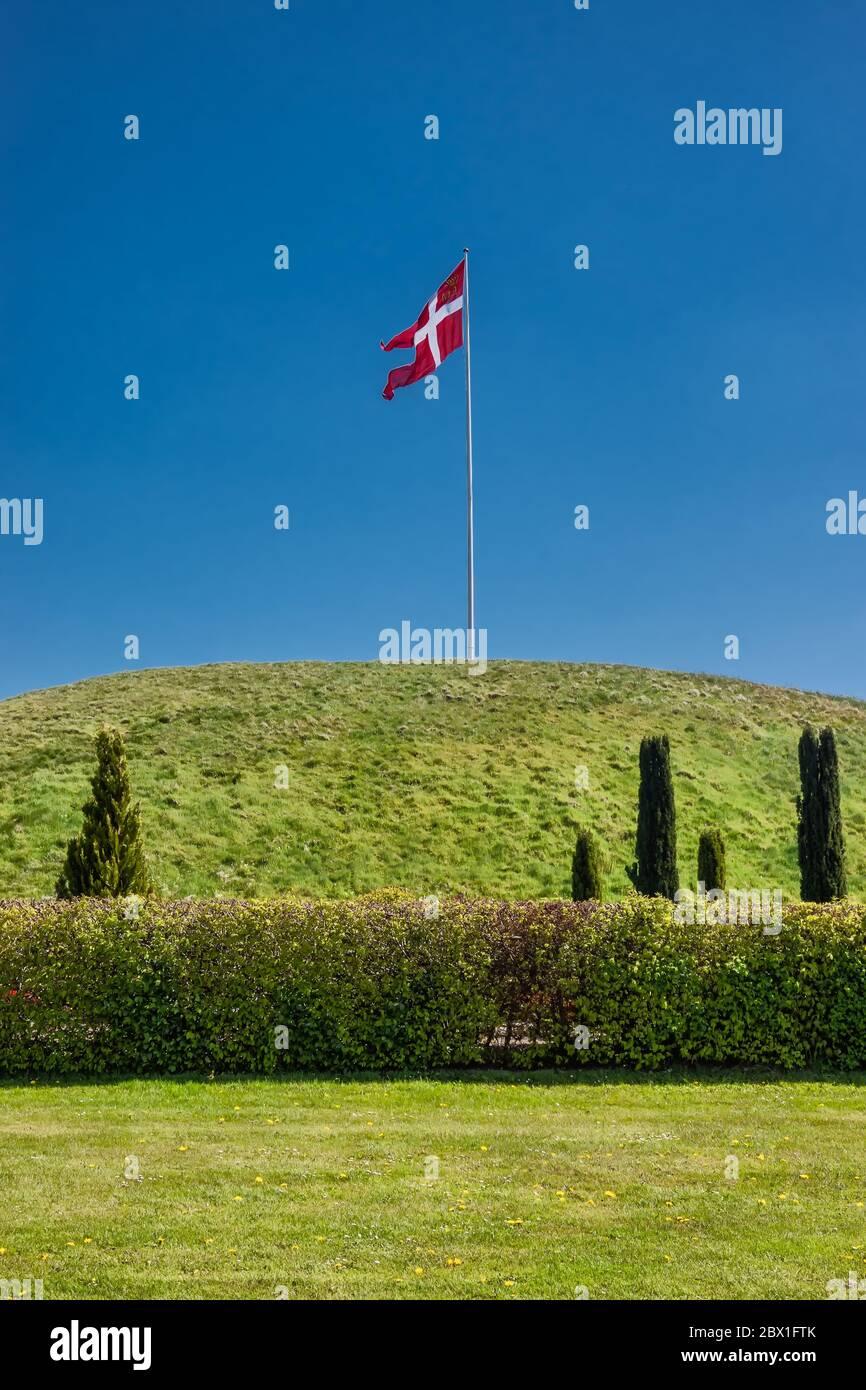 Jelling monumenti nazionali tumuli a Jelling, Danimarca Foto Stock