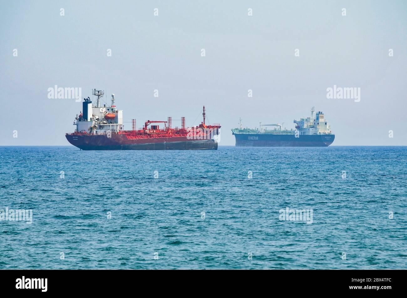 Due petroliere chimiche/petrolifere ancorate al largo della costa meridionale di Cipro vicino a Larnaca, 2009. Mare Chem di Panama (a sinistra) e Minerva Rita di Valletta. Chem s mare Foto Stock