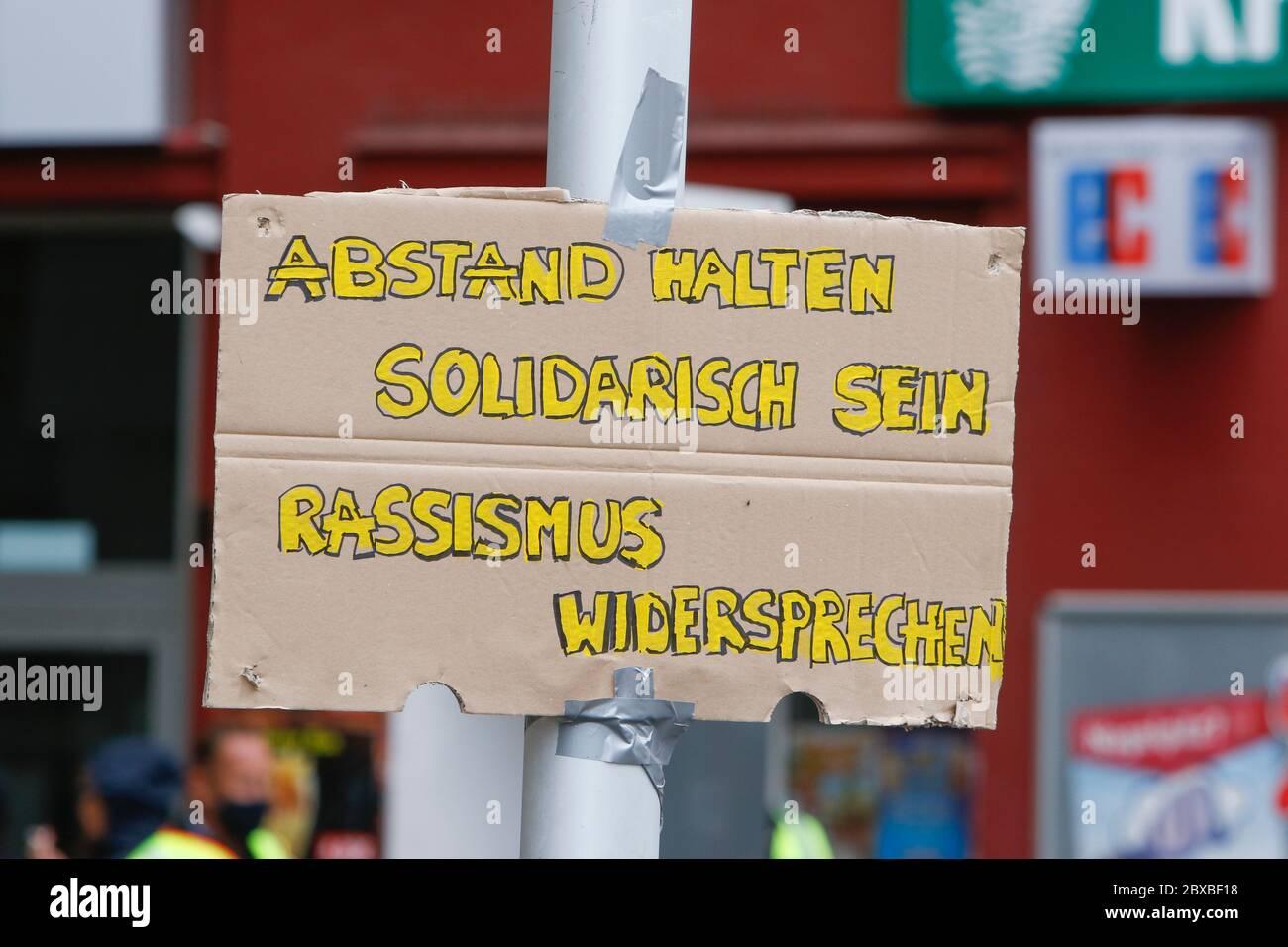 """Worm, Germania. 6 giugno 2020. Un poster appeso su un palo, con la scritta """"Mantieni la tua distanza - mostra solidarietà - non sono d'accordo con il razzismo"""". Circa 50 manifestanti di destra hanno marciato attraverso il centro di Worms per il 12. E l'ultimo 'giorno del futuro tedesco'. La marcia è stata ridotta a causa di diverse centinaia di contronestori che hanno bloccato la strada della marcia di destra. la marcia è stata un evento annuale di destra in diverse città tedesche che ha attirato oltre 1000 manifestanti al suo massimo livello. Foto Stock"""