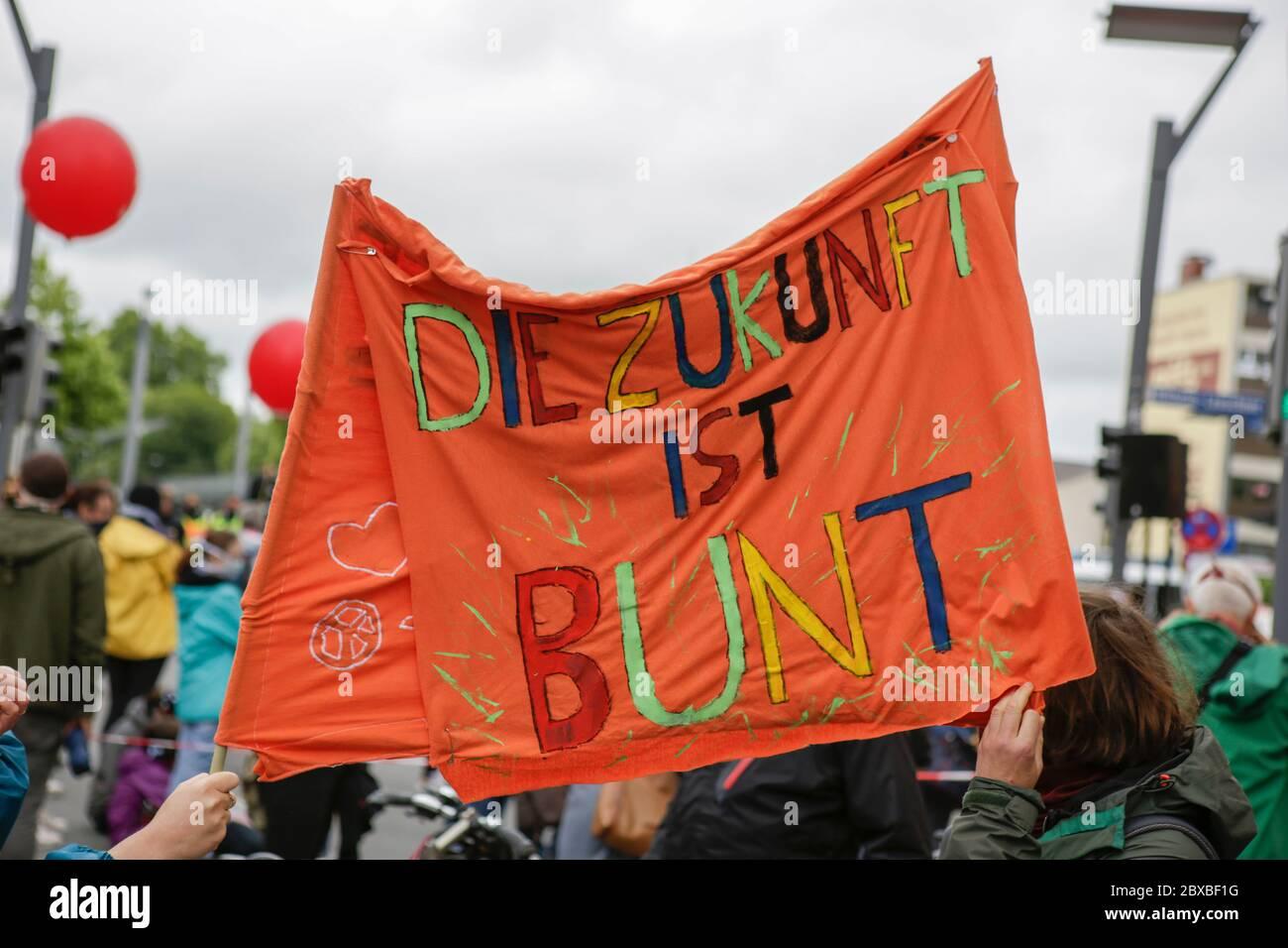 """Worm, Germania. 6 giugno 2020. I manifestanti hanno un banner che recita """"il futuro è colorato"""". Circa 50 manifestanti di destra hanno marciato attraverso il centro di Worms per il 12. E l'ultimo 'giorno del futuro tedesco'. La marcia è stata ridotta a causa di diverse centinaia di contronestori che hanno bloccato la strada della marcia di destra. la marcia è stata un evento annuale di destra in diverse città tedesche che ha attirato oltre 1000 manifestanti al suo massimo livello. Foto Stock"""