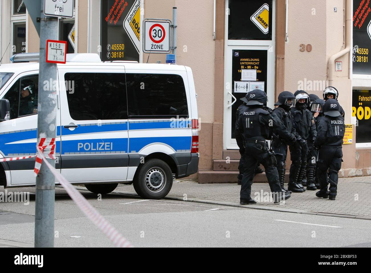 Worm, Germania. 6 giugno 2020. La polizia mostra una forte presenza nel centro della città di Worms. Circa 50 manifestanti di destra hanno marciato attraverso il centro di Worms per il 12. E l'ultimo 'giorno del futuro tedesco'. La marcia è stata ridotta a causa di diverse centinaia di contronestori che hanno bloccato la strada della marcia di destra. la marcia è stata un evento annuale di destra in diverse città tedesche che ha attirato oltre 1000 manifestanti al suo massimo livello. Foto Stock