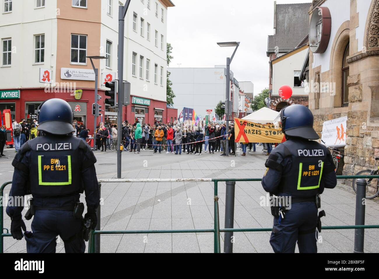 Worm, Germania. 6 giugno 2020. Gli ufficiali di polizia osservano la controricorrente in pieno ingranaggio di rivolta. Circa 50 manifestanti di destra hanno marciato attraverso il centro di Worms per il 12. E l'ultimo 'giorno del futuro tedesco'. La marcia è stata ridotta a causa di diverse centinaia di contronestori che hanno bloccato la strada della marcia di destra. la marcia è stata un evento annuale di destra in diverse città tedesche che ha attirato oltre 1000 manifestanti al suo massimo livello. Foto Stock