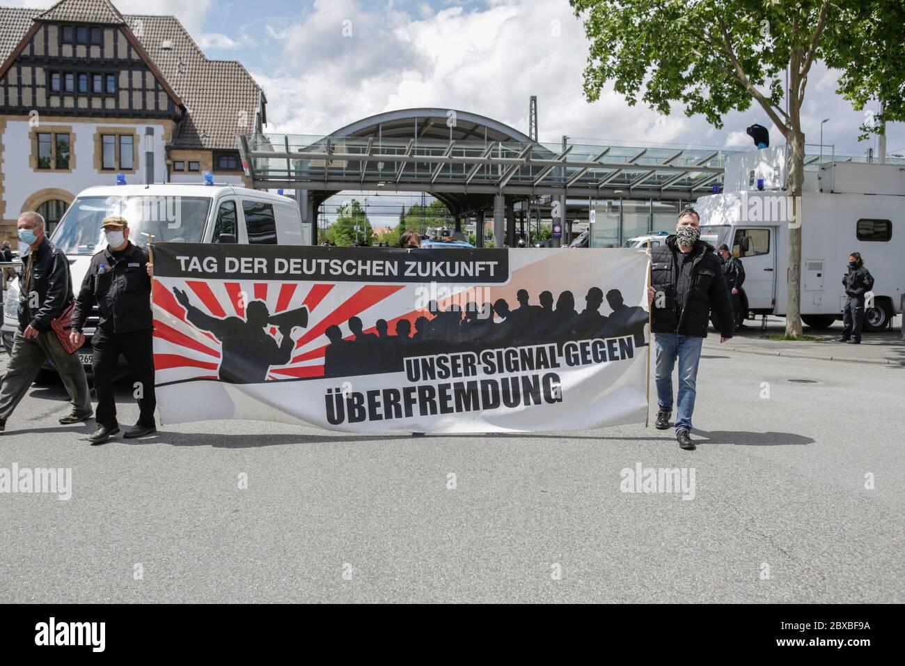 """Worm, Germania. 6 giugno 2020. Due manifestanti di destra portano un cartello con la scritta """"giorno del futuro tedesco - il nostro segnale contro l'infiltrazione straniera"""". Circa 50 manifestanti di destra hanno marciato attraverso il centro di Worms per il 12. E l'ultimo 'giorno del futuro tedesco'. La marcia è stata ridotta a causa di diverse centinaia di contronestori che hanno bloccato la strada della marcia di destra. la marcia è stata un evento annuale di destra in diverse città tedesche che ha attirato oltre 1000 manifestanti al suo massimo livello. Foto Stock"""