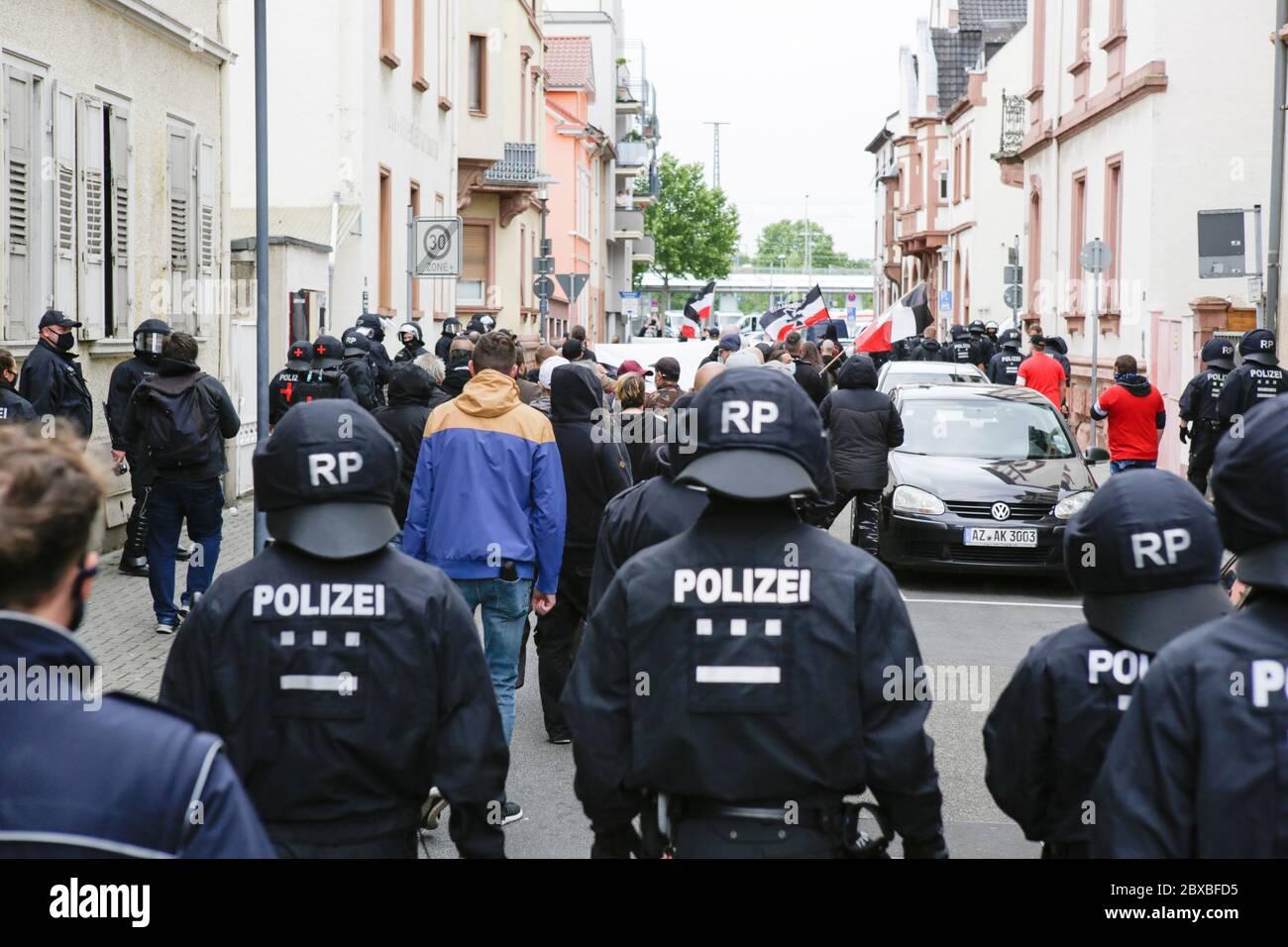 Worm, Germania. 6 giugno 2020. Gli ufficiali di polizia guardano la marcia di destra. Circa 50 manifestanti di destra hanno marciato attraverso il centro di Worms per il 12. E l'ultimo 'giorno del futuro tedesco'. La marcia è stata ridotta a causa di diverse centinaia di contronestori che hanno bloccato la strada della marcia di destra. la marcia è stata un evento annuale di destra in diverse città tedesche che ha attirato oltre 1000 manifestanti al suo massimo livello. Foto Stock