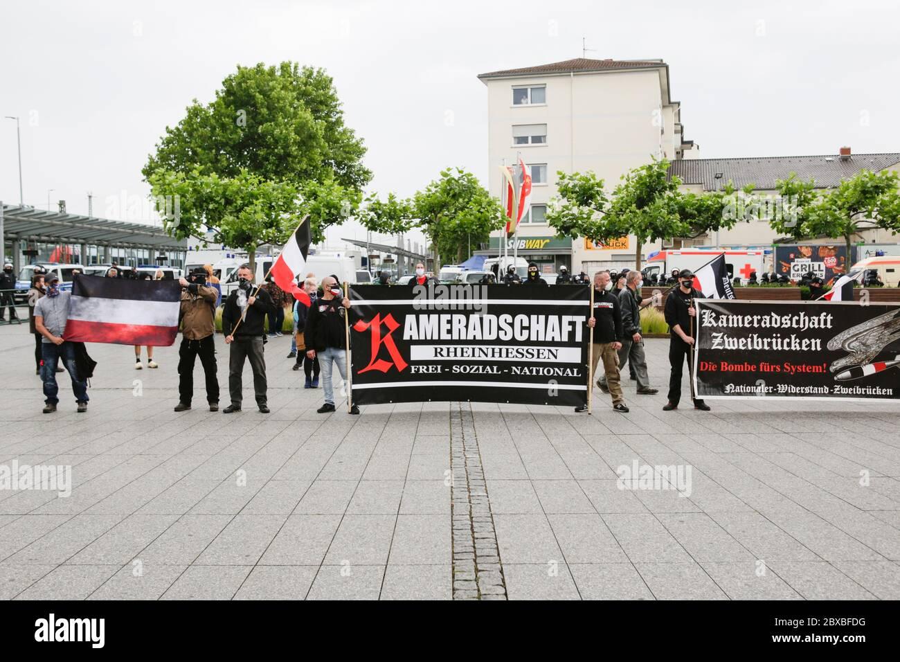Worm, Germania. 6 giugno 2020. I manifestanti di destra si levano in piedi con bandiere e bandiere al rally di chiusura. Circa 50 manifestanti di destra hanno marciato attraverso il centro di Worms per il 12. E l'ultimo 'giorno del futuro tedesco'. La marcia è stata ridotta a causa di diverse centinaia di contronestori che hanno bloccato la strada della marcia di destra. la marcia è stata un evento annuale di destra in diverse città tedesche che ha attirato oltre 1000 manifestanti al suo massimo livello. Foto Stock