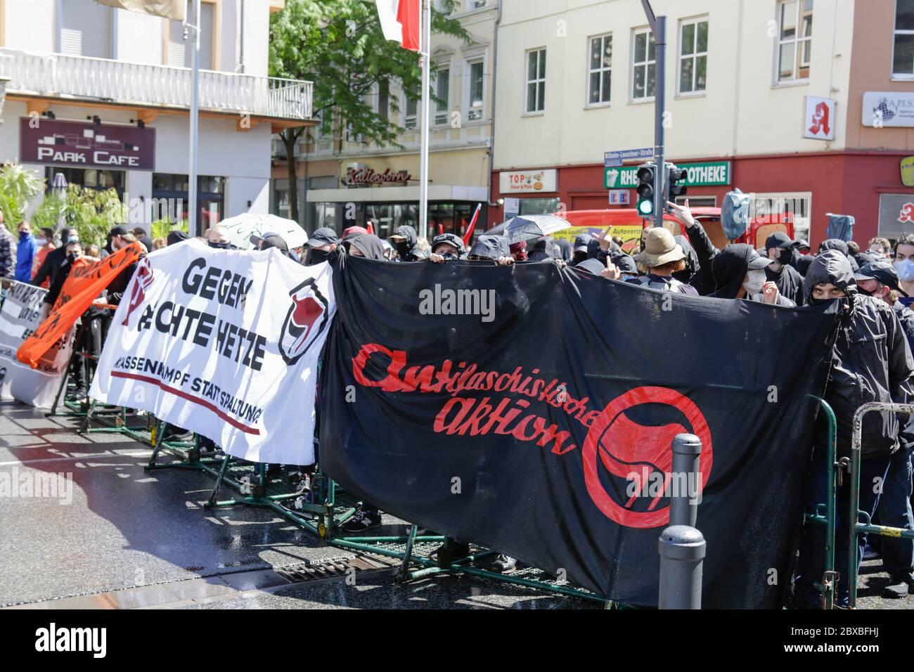 Worm, Germania. 6 giugno 2020. Centinaia di contronotori si oppongono al rally di destra. Circa 50 manifestanti di destra hanno marciato attraverso il centro di Worms per il 12. E l'ultimo 'giorno del futuro tedesco'. La marcia è stata ridotta a causa di diverse centinaia di contronestori che hanno bloccato la strada della marcia di destra. la marcia è stata un evento annuale di destra in diverse città tedesche che ha attirato oltre 1000 manifestanti al suo massimo livello. Foto Stock