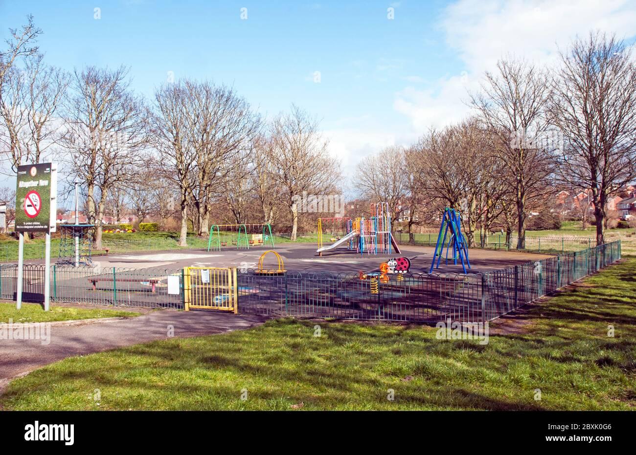 Il parco giochi per bambini è chiuso e desertato a causa di essere bloccato a causa del virus Corona covid 19. Kingscote Park Blackpool Lancashire Inghilterra Regno Unito Foto Stock