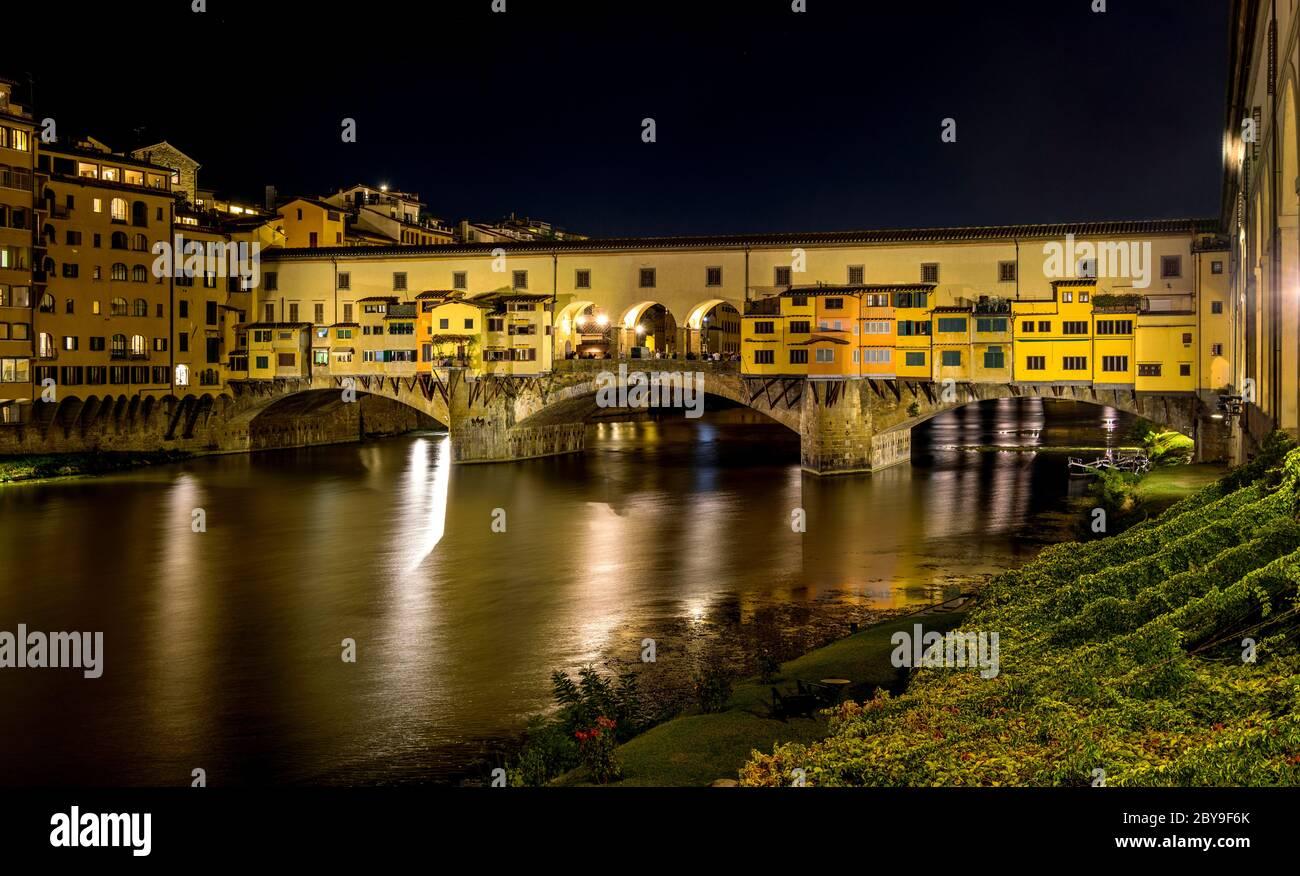 Ponte Vecchio di notte - una vista notturna del Ponte Vecchio che si estende sul fiume Arno a Firenze, Italia. Foto Stock