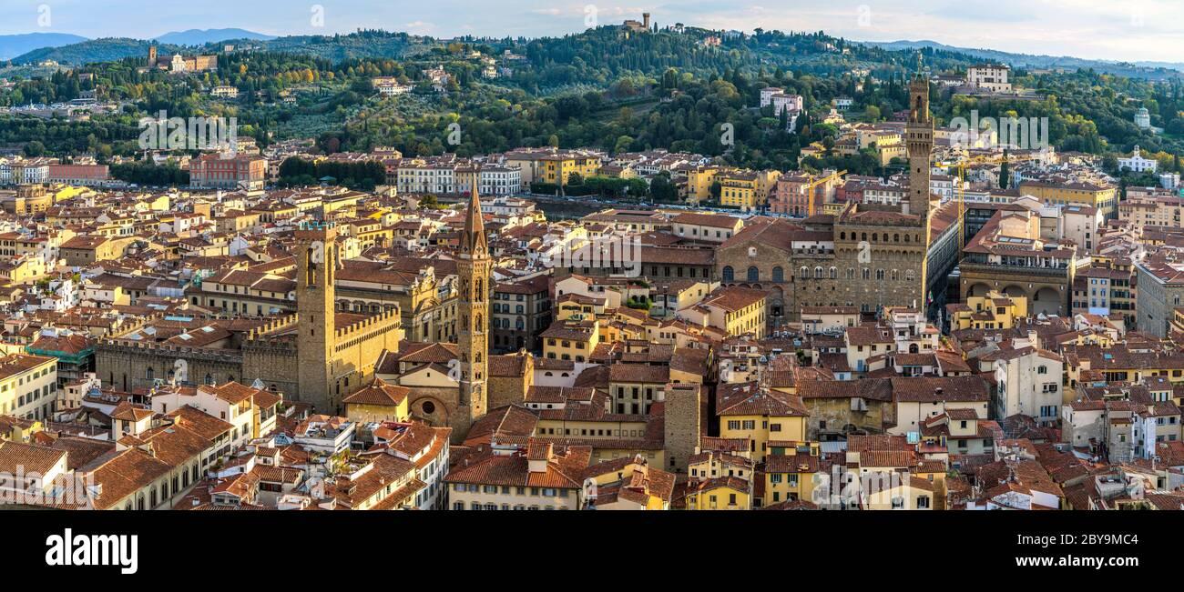 Firenze al tramonto - una panoramica autunnale del centro storico di Firenze, vista dalla cupola del Duomo di Firenze. Toscana, Italia. Foto Stock