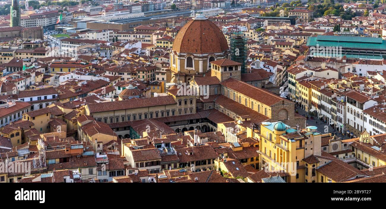 Basilica di San Lorenzo - veduta panoramica aerea del tramonto della Basilica di San Lorenzo a nord-est della Città Vecchia di Firenze. Firenze, Toscana, Italia. Foto Stock