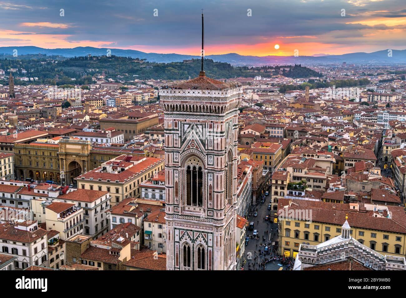 Tramonto Campanile di Giotto - Vista aerea del tramonto sul Campanile di Giotto e la Città Vecchia di Firenze, come si vede dalla cima della cupola della Cattedrale di Firenze. Foto Stock