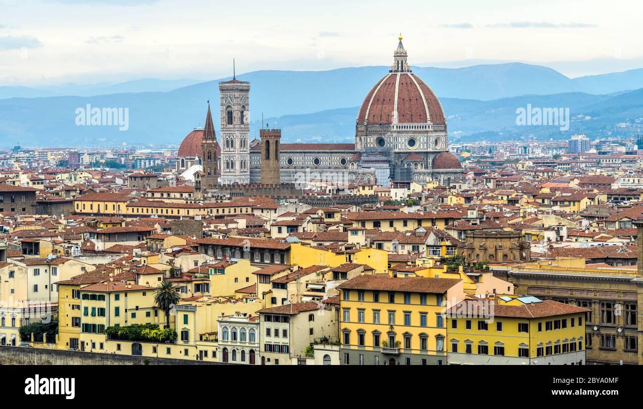 Autunno a Firenze - Vista panoramica dello skyline della Cattedrale di Firenze, sulle colline blu e il cielo nuvoloso, nel centro storico di Firenze. Foto Stock