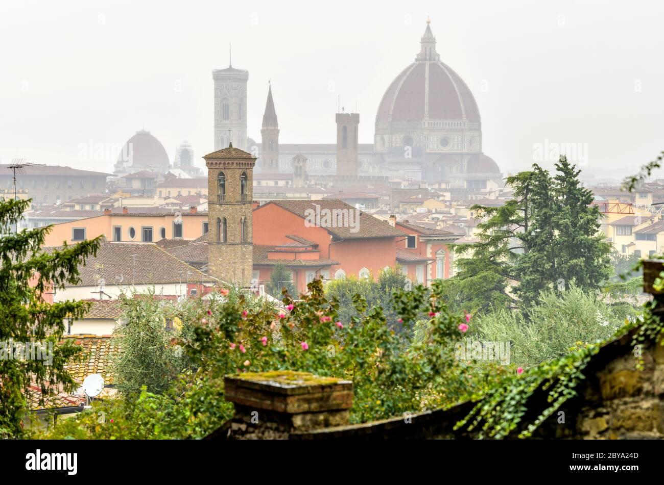 Firenze sotto la pioggia - una vista di un giorno in autunno piovoso e foggoso dello skyline della Cattedrale di Firenze nel centro storico di Firenze. Toscana, Italia. Foto Stock