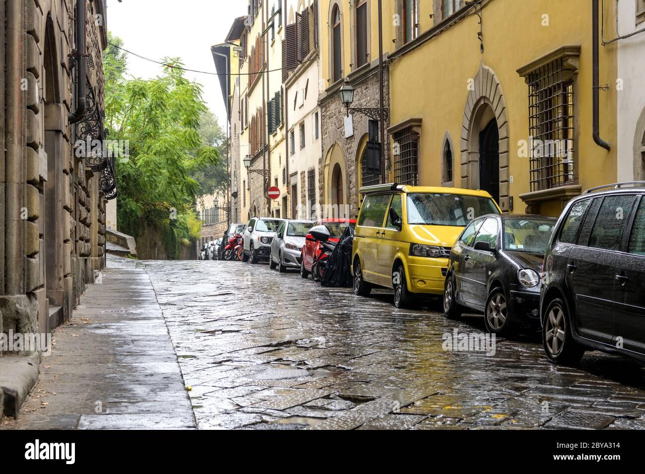Vialetto piovoso - una giornata di pioggia autunnale in una tranquilla strada laterale di un quartiere residenziale nella storica Città Vecchia di Firenze. Toscana, Italia. Foto Stock