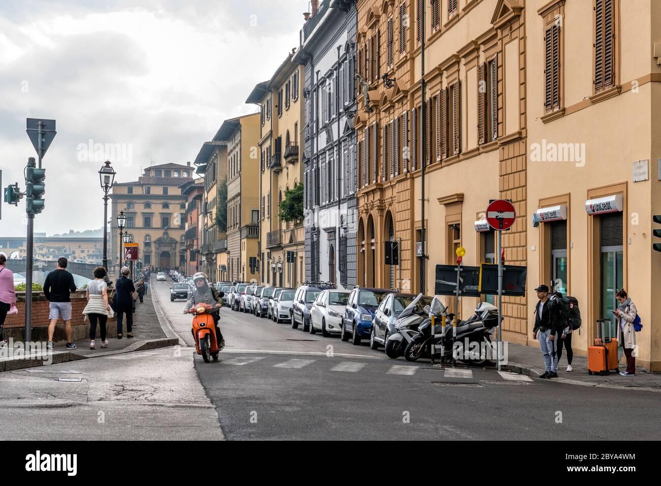 Morning Street - una vista in autunno tempestoso di una strada trafficata, lungo il fiume Arno, nel centro storico di Firenze. Toscana, Italia. Foto Stock