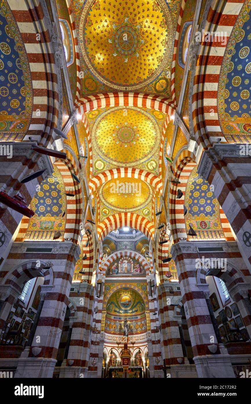 Interno della basilica di Notre-Dame de la Garde (Chiesa superiore) con un colorato stile bizantino revival. Marsiglia, Bocche del Rodano, Provenza, Francia Foto Stock