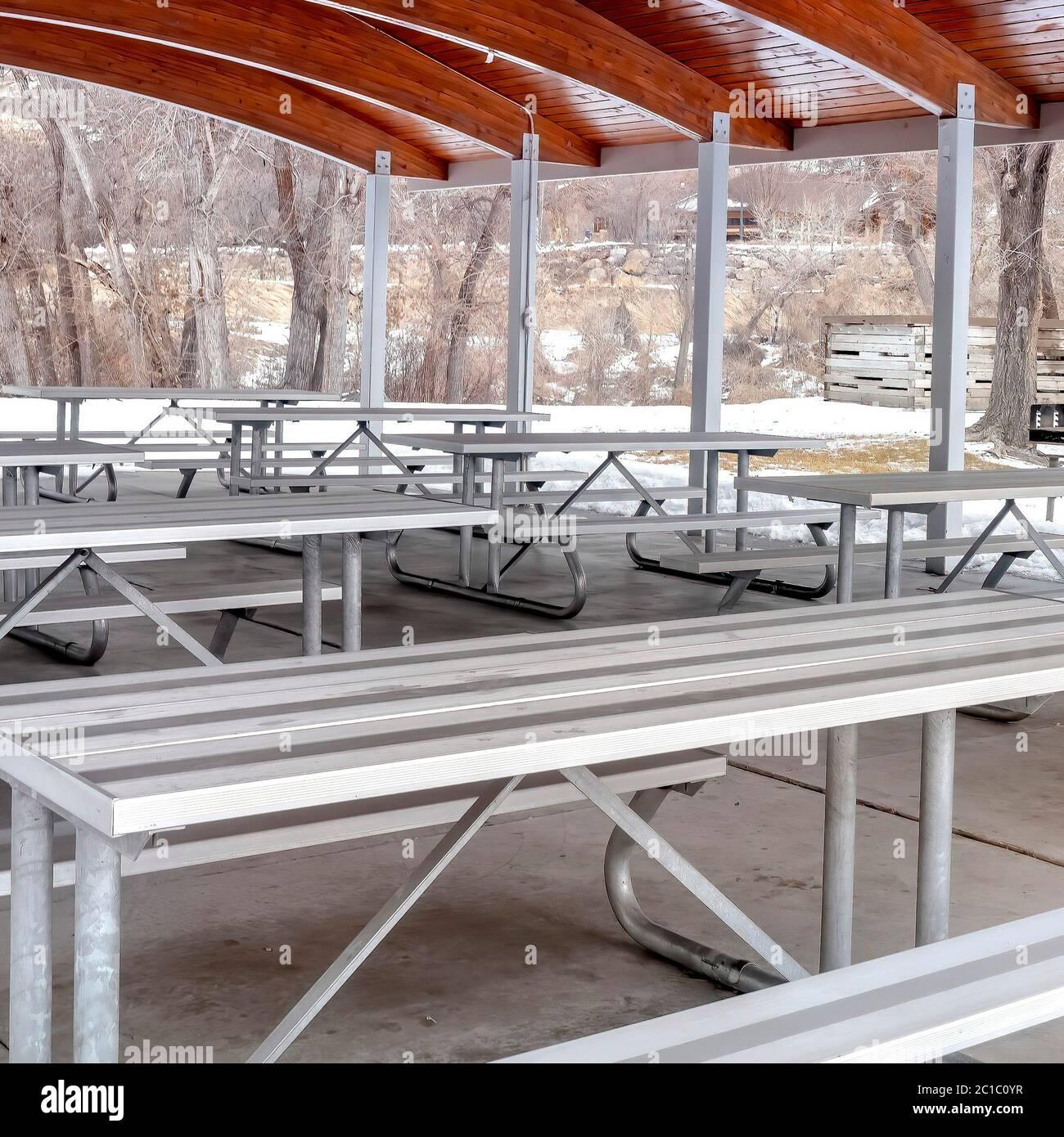Quadro Quadrato Tavoli E Panche All Interno Di Un Padiglione Di Parco Con Archi In Legno Sul Soffitto Foto Stock Alamy