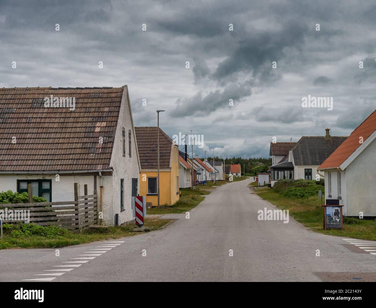 Strada principale nel piccolo villaggio LildStrand, Thy Danimarca Foto Stock