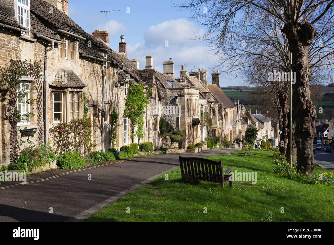 Cotswold cottage lungo la collina, burford, Cotswolds, Oxfordshire, England, Regno Unito, Europa Foto Stock