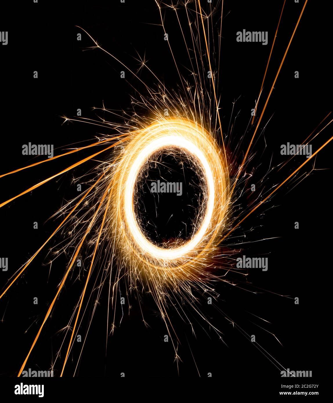 bellissima scintilla in un cerchio su sfondo nero Foto Stock