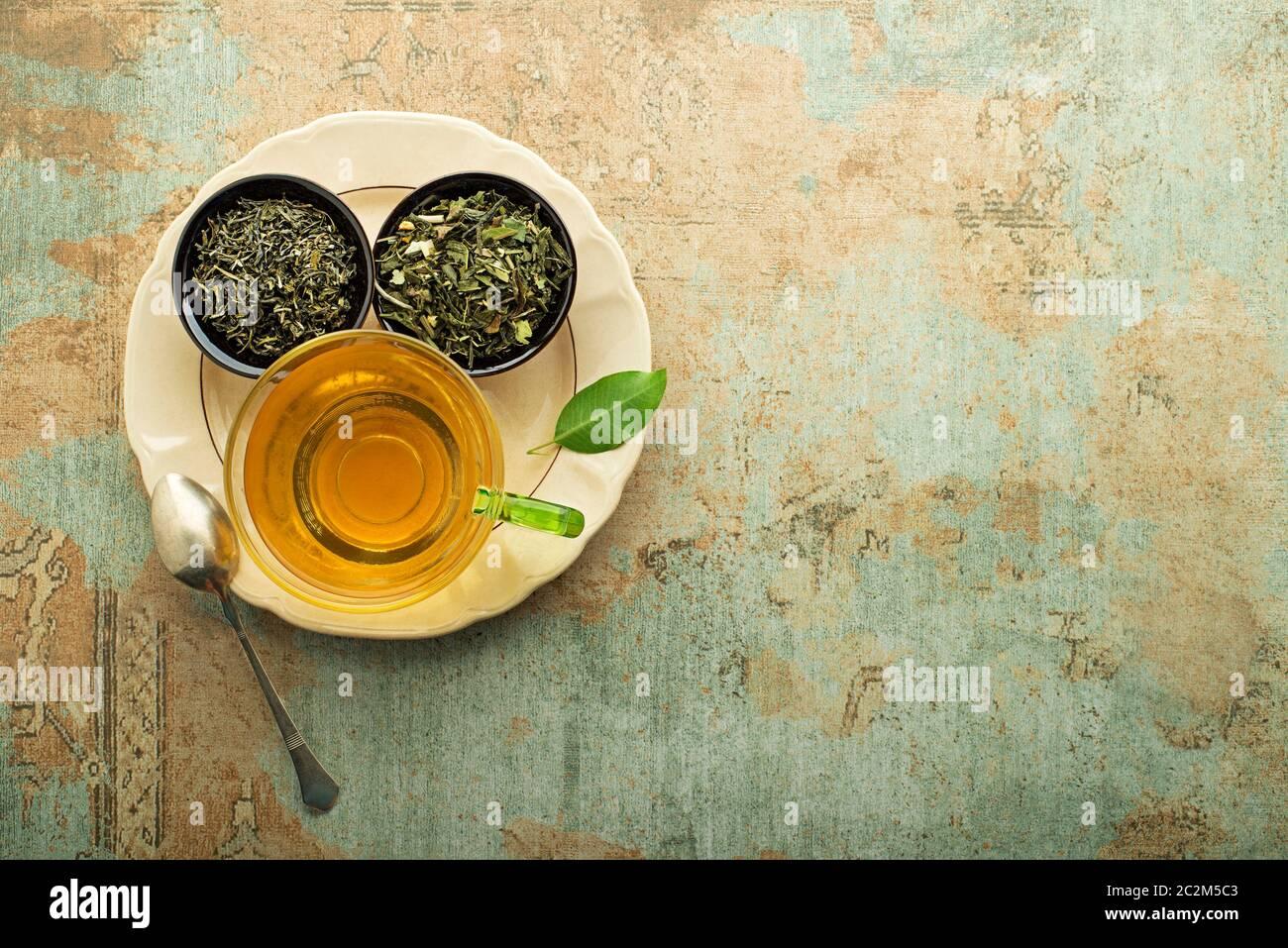 Tazza di tè con tè secco raccolta di diversi tipi. Bibita salutare concetto Foto Stock