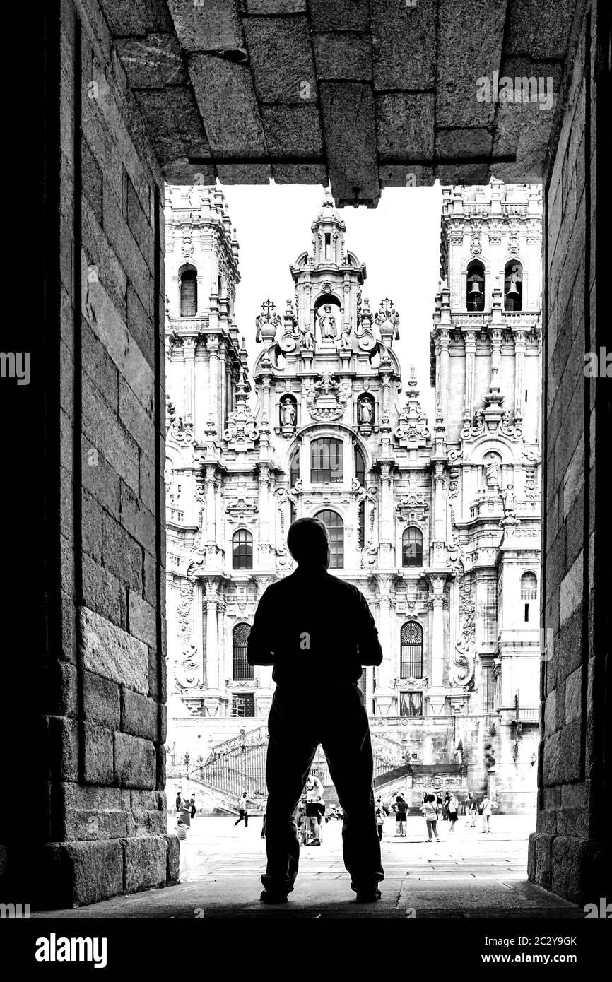 Silhouette di un uomo che si trova di fronte alla Cattedrale di Santiago de Compostela, Santiago de Compostela, Galizia, Spagna Foto Stock