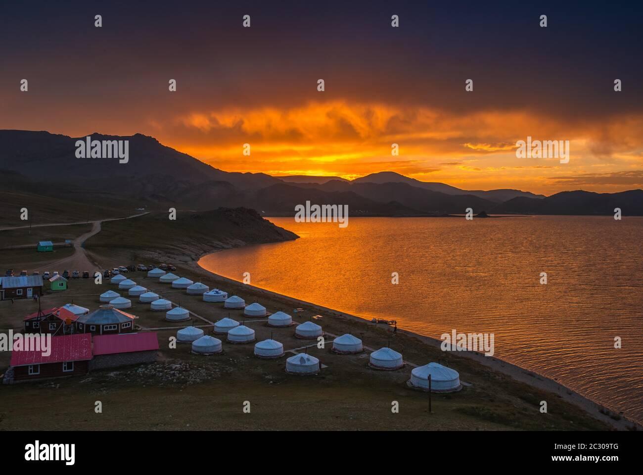 Alba al lago White Terkh, ger, tenda nomad, resort sulla riva del lago, Arkhangai Provincia, Mongolia Foto Stock
