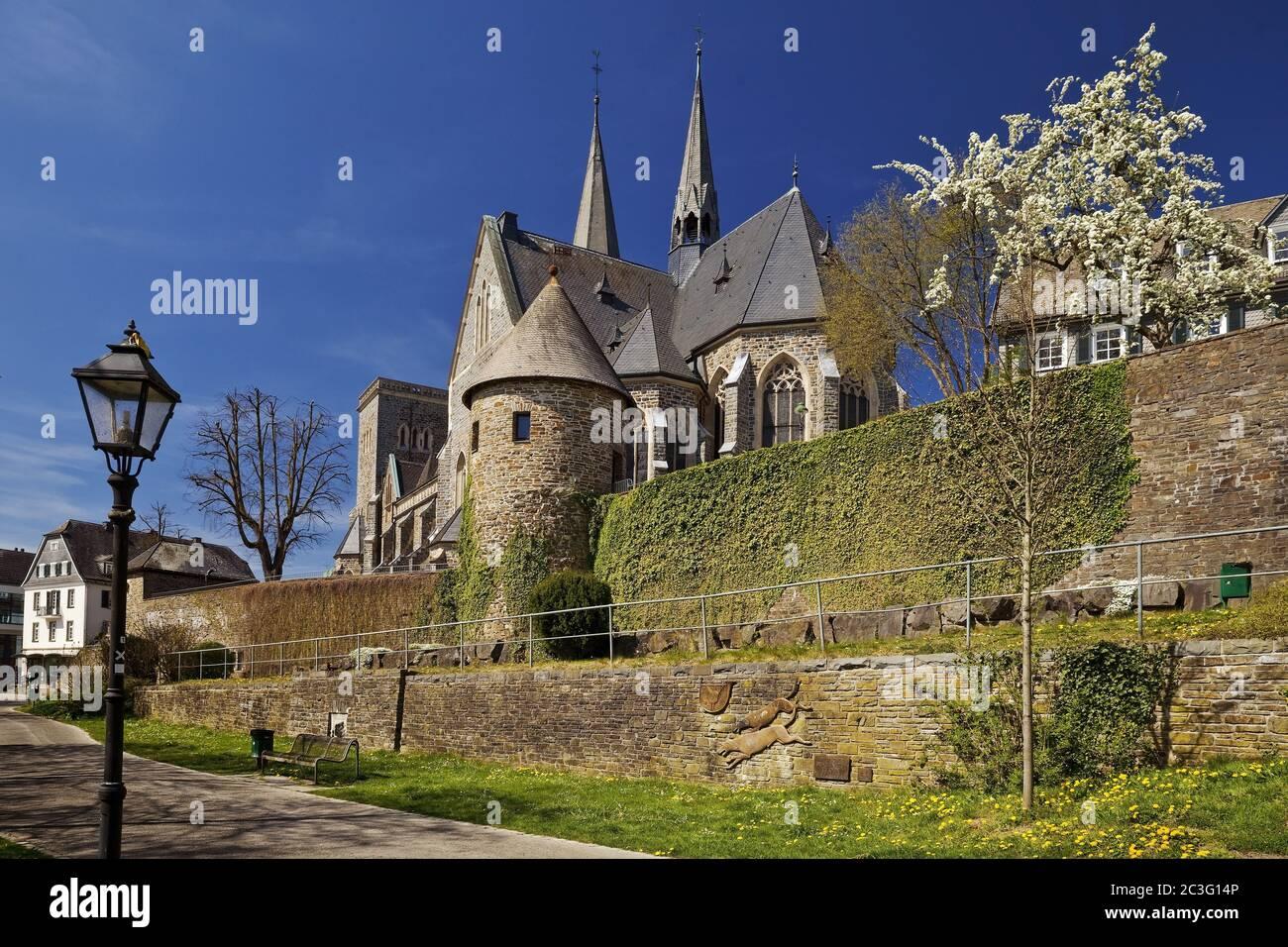 Chiesa di San Martino con mura della città e la torre dell'angelo in primavera, Olpe, Sauerland, Germania, Europa Foto Stock