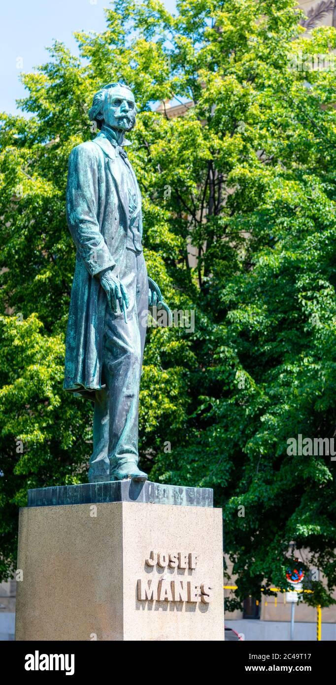 PRAGA, REPUBBLICA CECA - 03 GIUGNO 2020: Statua del famoso pittore ceco Josef Manes vicino Rudolfinum Music Hall, Piazza Palach, Praga, Repubblica Ceca. Foto Stock
