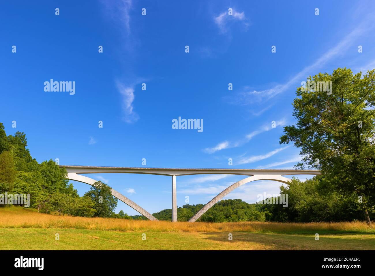 Il ponte Natchez Trace Parkway è una struttura a doppio arco situata all'inizio della storica strada del Tennessee. Foto Stock
