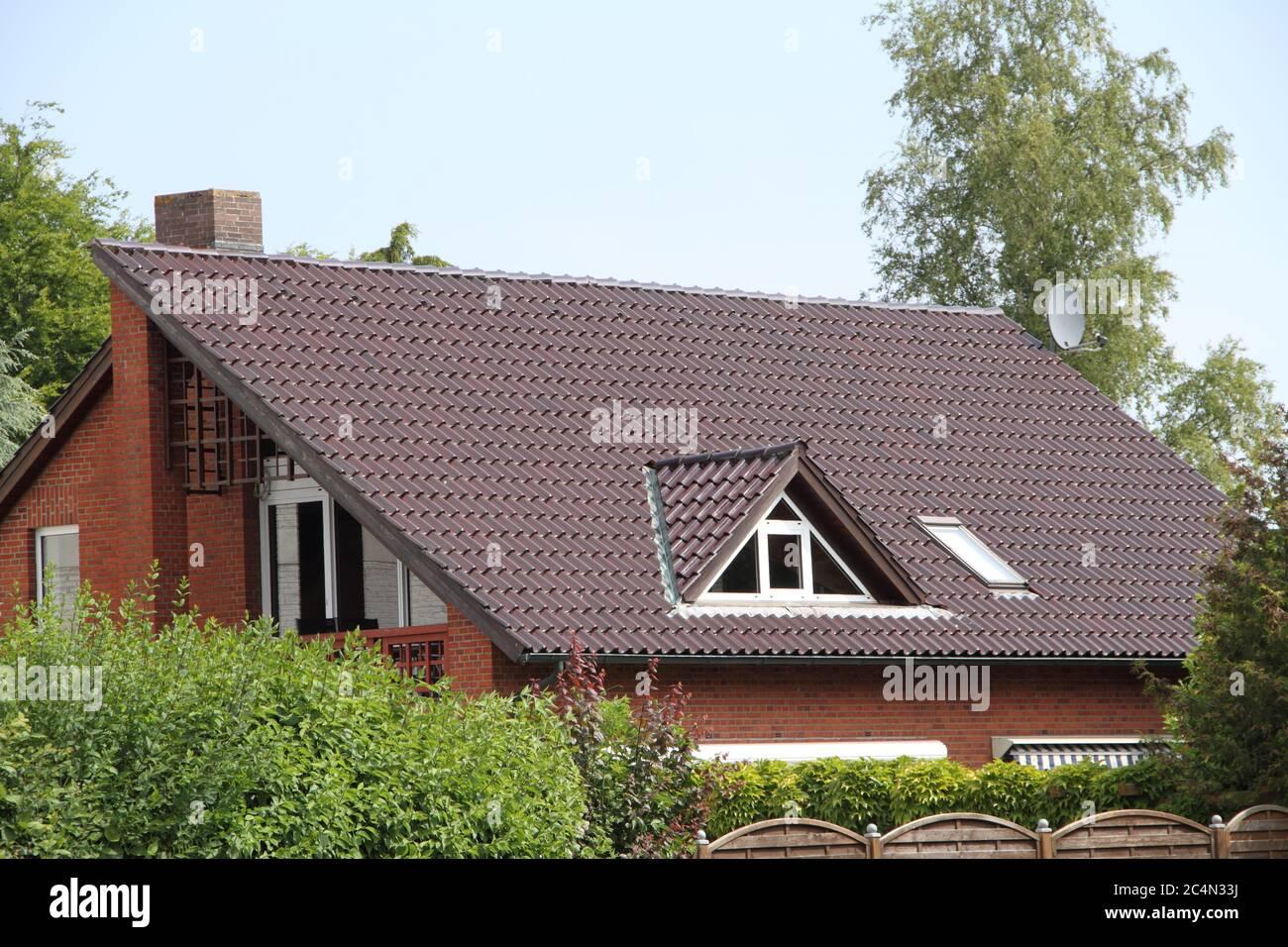 una finestra dormer su un tetto appena coperto Foto Stock