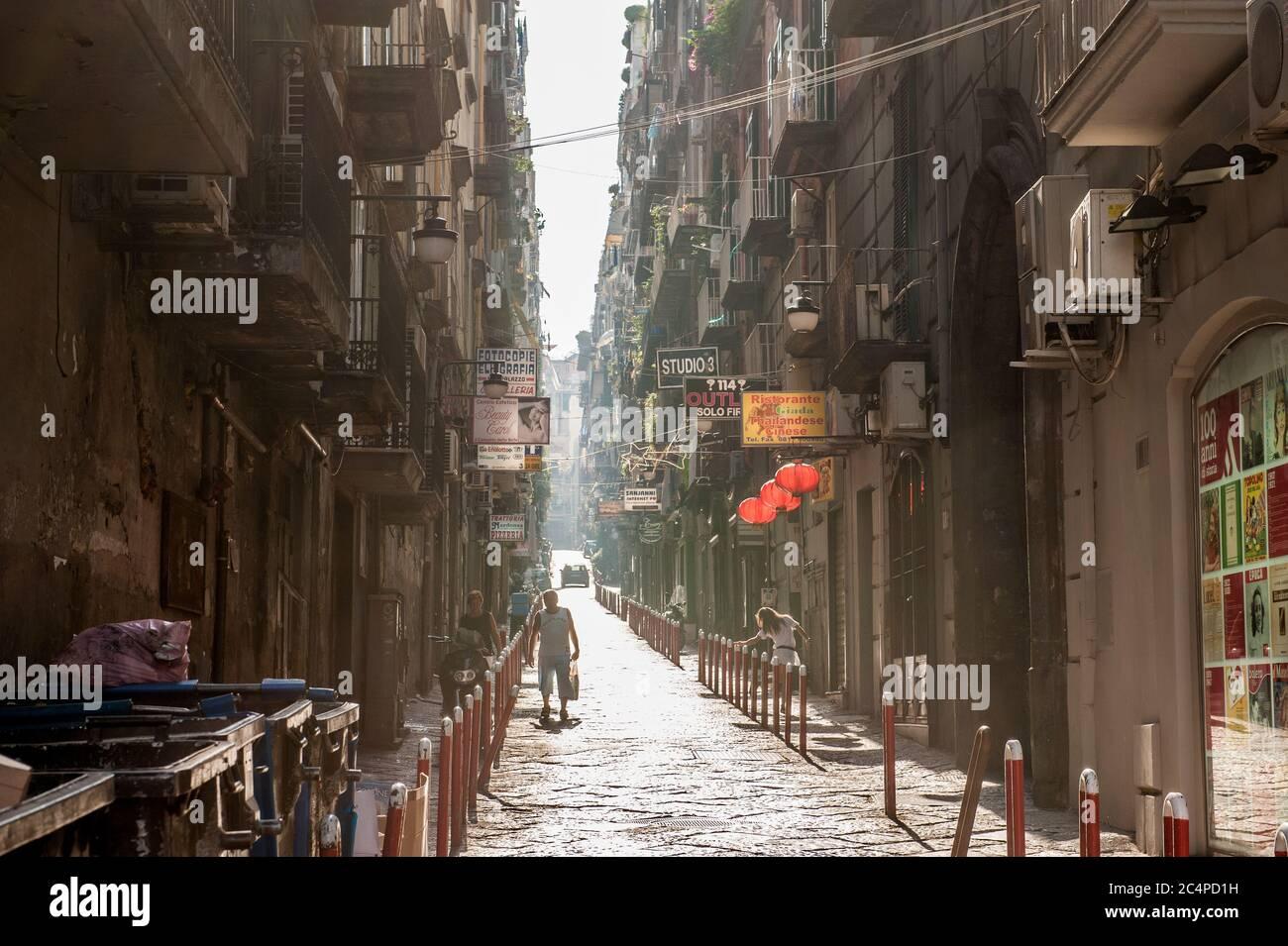 Vicolo nel centro di Napoli, Italia. Questa zona appartiene a un sito patrimonio dell'umanità dell'UNESCO come parte del centro storico di Napoli. Foto Stock