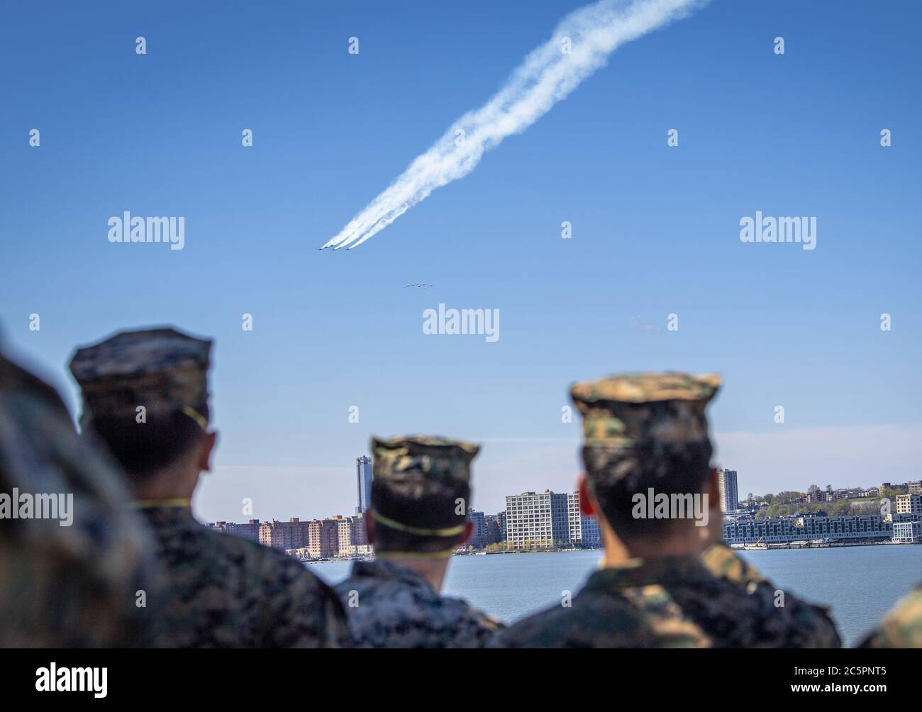 Manhattan, Stati Uniti d'America. 29 aprile 2020. NEW YORK (28 aprile 2020) lo Squadrone di dimostrazione del volo della Marina militare statunitense, gli Angeli Blu e lo Squadrone di dimostrazione dell'aria dell'aeronautica militare statunitense, gli uccelli del Thunderbirds, onorano i soccorritori della linea di fronte COVID-19 e i lavoratori essenziali con un volo di formazione sopra New York City. Una formazione di sei aerei F/A-18C/D Hornet e sei F-16C/D Fighting Falcon, conduce i flyovers come un saluto collaborativo per gli operatori sanitari, i soccorritori, i militari e altro personale essenziale. Credit: Storms Media Group/Alamy Live News Foto Stock