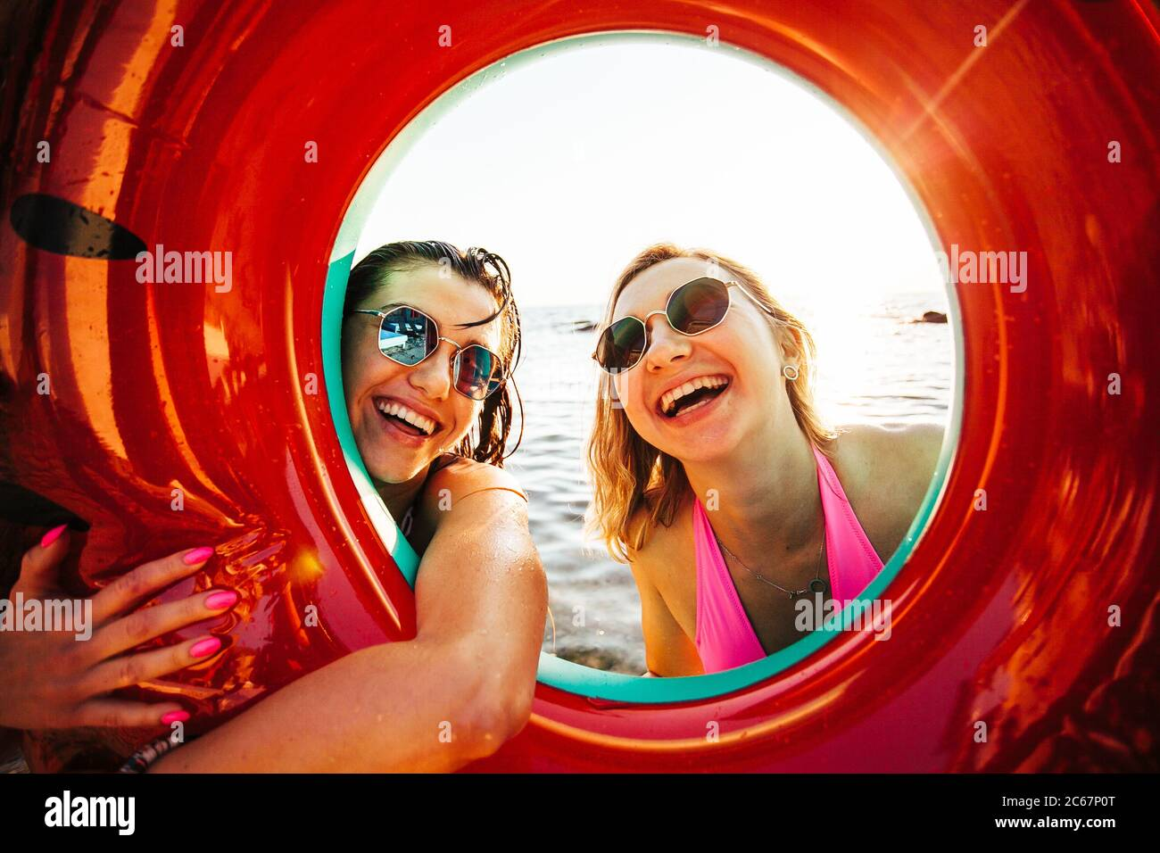 Ragazze che si divertano in spiaggia Foto Stock