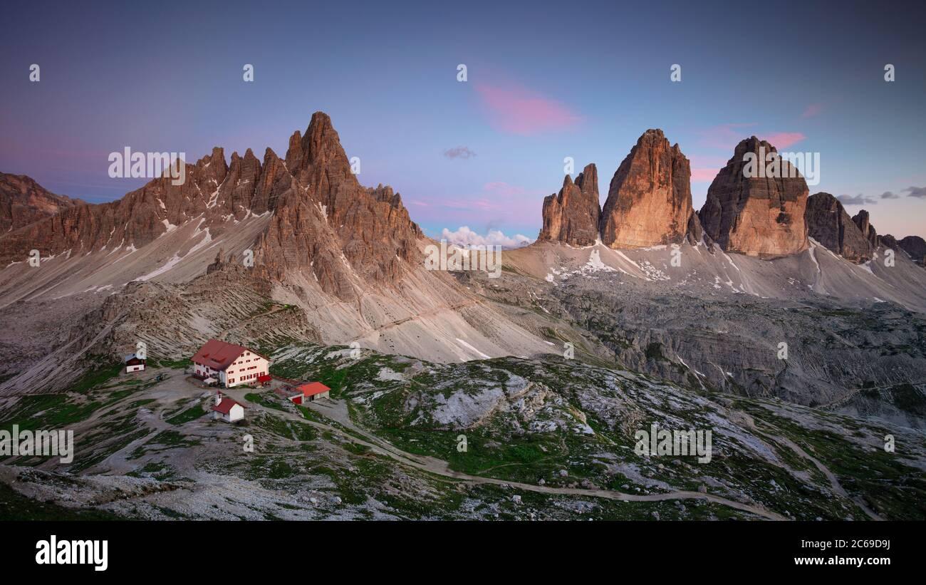 Le tre cime di Lavaredo. Panorama mozzafiato delle Dolomiti italiane con le famose tre cime di Lavaredo (tre Cime di Lavaredo) Alto Adige, Italia. Foto Stock