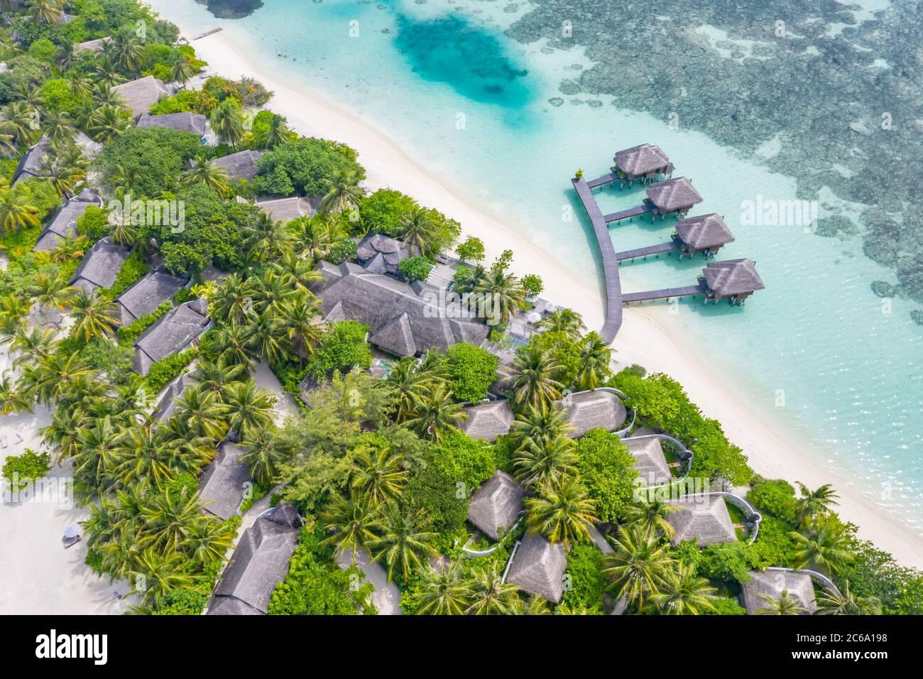 Perfetto paesaggio aereo, resort tropicale di lusso o hotel con ville sull'acqua e splendidi paesaggi sulla spiaggia. Incredibile vista degli occhi di uccelli nelle Maldive, paesaggio Foto Stock