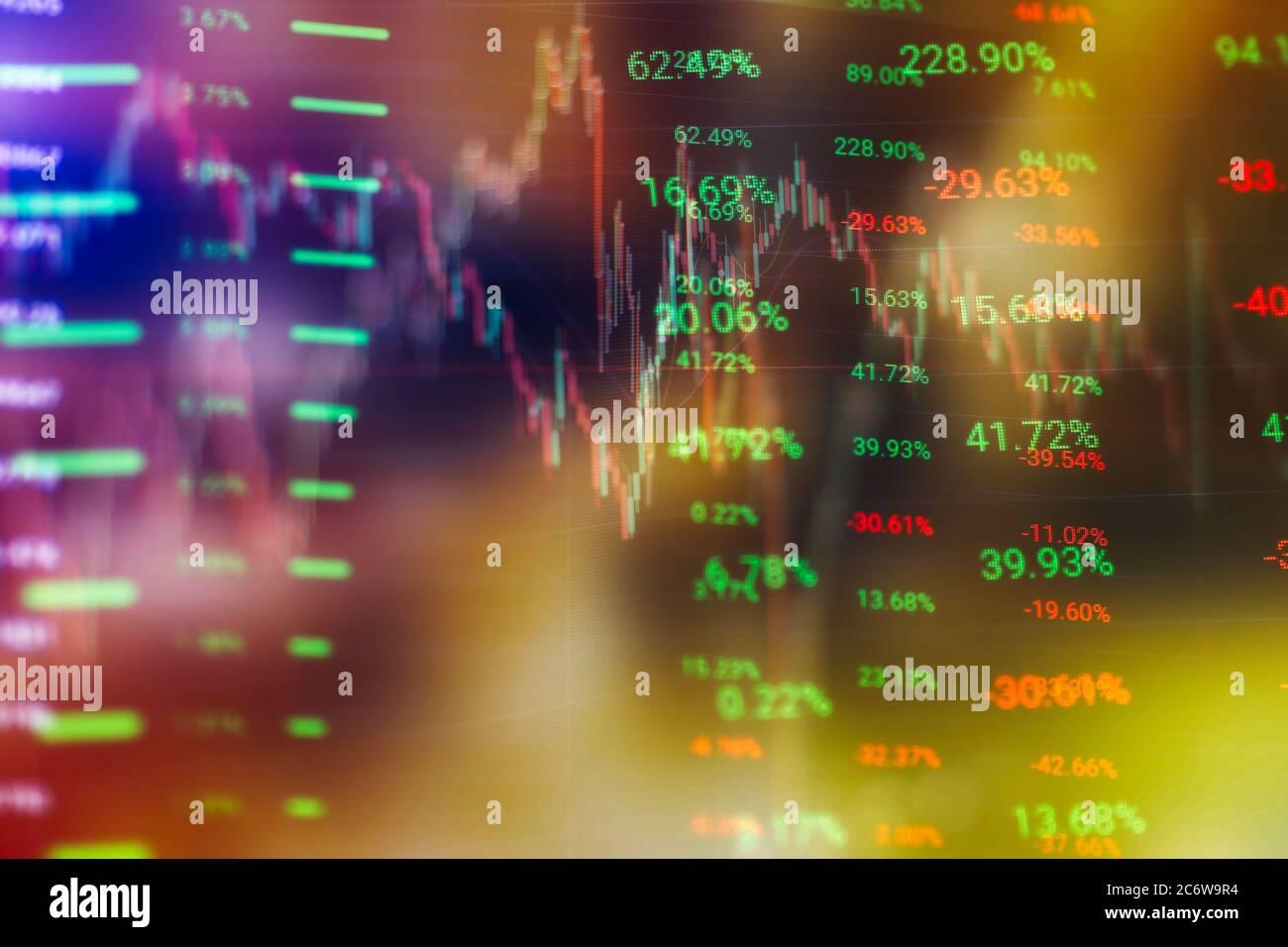 Concetto di mercato azionario e fintech. Carte digitali blu sfocate su sfondo blu scuro. Interfaccia finanziaria futuristica. Foto Stock