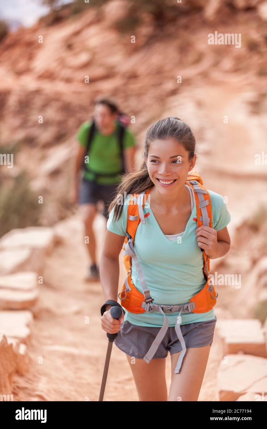 Persone escursionistiche del Grand Canyon. Coppia escursionista che si gode escursione sul South Kaibab Trail, bordo sud del Grand Canyon, Arizona, Stati Uniti. Giovani escursionisti multirazziali Foto Stock