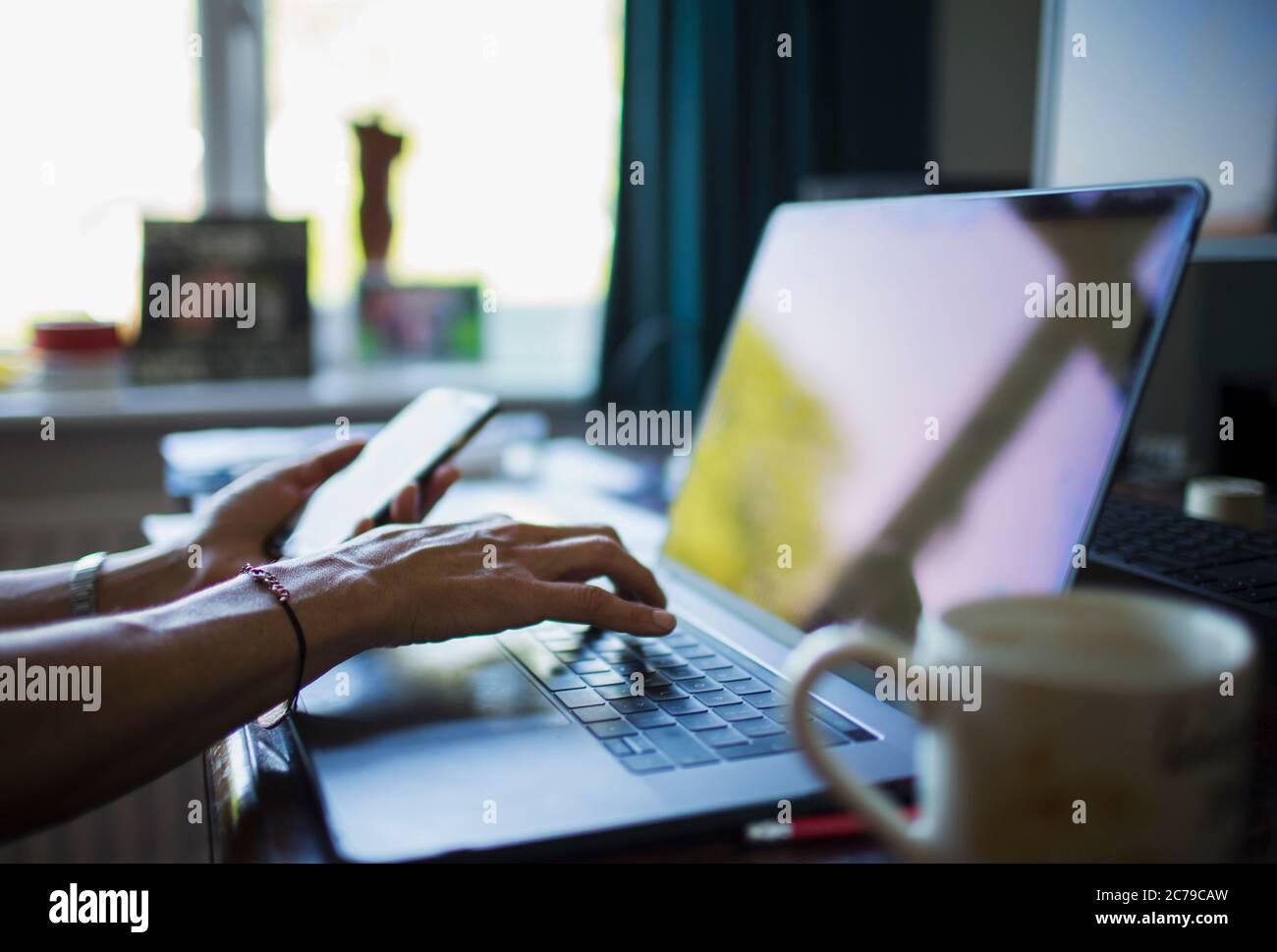 Primo piano donna che lavora da casa al laptop in ufficio Foto Stock