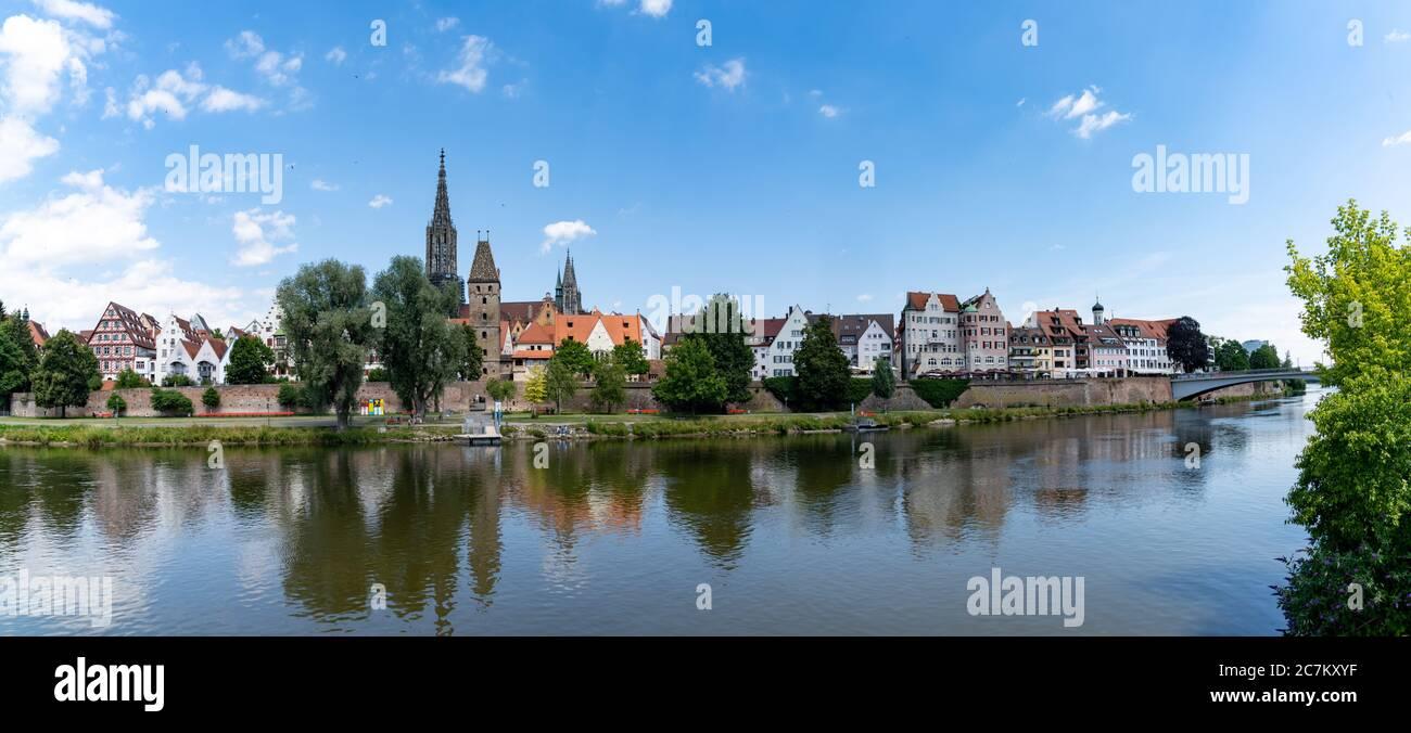 Una vista panoramica della città di Ulm, nella Germania meridionale, con il Danubio di fronte Foto Stock