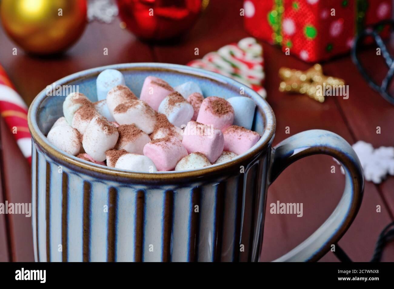 Cioccolata calda in tazza su un tavolo di legno da vicino Foto Stock